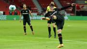 La volée à l'équilibre parfait de Patrick Schick pour le Bayer 04 Leverkusen.