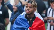 Valentin Rosier, Fransa bayrağıyla kutlamada