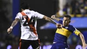 Boca Juniors v River Plate - Tevez lucha ante Enzo Pérez.