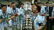 Lionel Messi kupayı öpüyor.