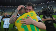 Abraço de Messi e Neymar após a partida foi elogiado nas redes