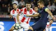 Dusan Jovancic, Harry Kane'i savunuyor.