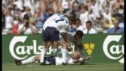 Einmal ausspülen, bitte - Gazza (am Boden) feiert seinen Treffer zum 2:0-Endstand gegen Schottland