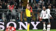 Atiba Hutchinson sarı kartla cezalandırılıyor.