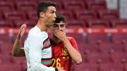 Pedri charlando con Cristiano Ronaldo