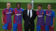 Jugadores y jugadoras del Barça presentando la nueva equipación