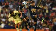 Henry Martin pelea el balón ante la marca de dos jugadores de los Pumas UNAM.