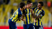 Miha Zajc, Muhammed Gümüşkaya ve Luiz Gustavo ile gol sevincini paylaşıyor.