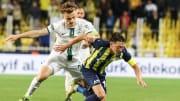 Mesut Özil'in girdiği ikili mücadele