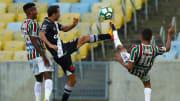 Nenê deixou o Fluminense e foi para o Vasco. Outros jogadores também trocaram um rival por outro recentemente no Brasil.