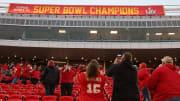 Los Chiefs inauguraron la temporada con algunas personas en las gradas