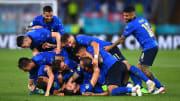 La gioia degli Azzurri dopo il secondo goal di Locatelli