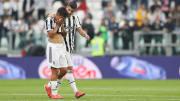 Alvaro Morata console Paulo Dybala après sa blessure.