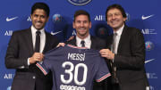 Nasser Al-Khelaïfi, Lionel Messi et Leonardo lors de la présentation de la Pulga à la presse.