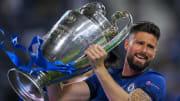 Olivier Giroud soulevant la Ligue des Champions.
