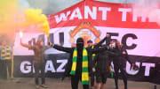 Des supporters de Manchester United défilent pour réclamer le départ des Glazer.