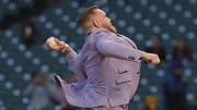Conor McGregor realizó el primer pitcheo del juego de los Medias Blancas de este miércoles en la MLB