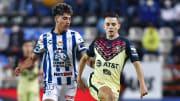 Kevin Álvarez (Pachuca) tratando de robar la pelota al español Álvaro Fidalgo (América).