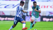El jugador Víctor Guzmán ante la marca de Luis Montes.