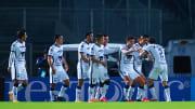 Jugadores de los Pumas UNAM celebran un gol.