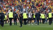 Le match entre Lens et Lille a été marqué par de graves incidents entre supporters.