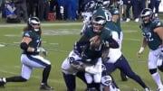 Dos jugadores de los Seahawks frenan al mariscal de campo de los Eagles