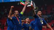 Giorgio Chiellini (l.) und Leonardo Bonucci (r.) feiern den EM-Titel