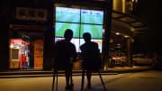 Tifosi cinesi davanti al maxi-schermo