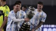 TOPSHOT-FBL-WC-2022-SAMERICA-QUALIFIERS-ARG-BOL - Messi y De Paul muestran la Copa América.
