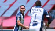 El jugador Sebastián Vegas celebra un gol con Rayados de Monterrey.