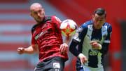 Rogelio Funes Mori y Jorge Torres Nilo en la disputa por un balón.