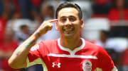 El jugador Rubens Sambueza celebra un gol con Toluca.