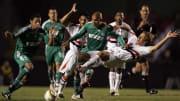 Equipes irão duelar nas quartas de final | Uruguayan Diego Lugano (R), of Sao Paulo