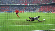 Italy beat Netherlands on penalties to reach the Euro 2000 final