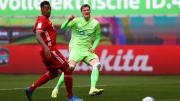 Jerome Boateng, Wout Weghorst'un vuruşu sonrasında topu takip ediyor.