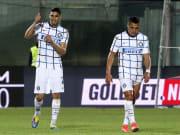 Daumen hoch - für den ersten Titel mit Inter Mailand: Achraf Hakimi nach dem Schlusspfiff in Crotone