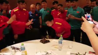 Kết thúc trận đấu đêm qua, toàn bộ thành viên đội tuyển Việt Nam trở về khách sạn để dùng bữa tối, nghỉ ngơi thả lỏng sau trận cầu căng thẳng với tuyển...