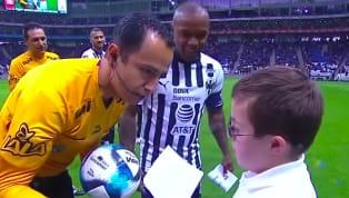 """Es costumbre en laLiga MX,que antes de comenzar cada partido un niño le entregue el balón al árbitro y diga con un micrófono la frase """"Juega limpio, siente..."""