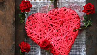 Bugün Sevgililer Günü. Dünya genelindeki pek çok ülkede 14 Şubat, Sevgililer Günü olarak kutlanır ve sevgililer birbirlerine hediyeler alır. Sitemiz futbol...