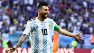 El mejor jugador del mundo está de vuelta en el seleccionado argentino con una única misión, volver a sonreír. Y para eso, necesita de un tridente que lo...
