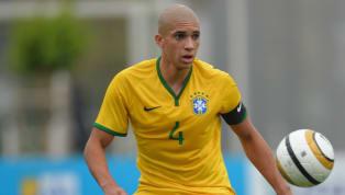 Não há dúvida de que o sonho máximo de todo jogador de futebol, desde o seu primeiro contato com a bola,é vestir a camisa de sua Seleção. Contudo, estar...