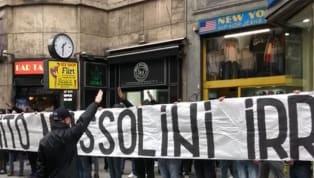 """""""Onore a Benito Mussolini"""". Questo è il testo dello striscione srotolato e messo in mostra dal gruppo ultrà neofascista della Lazio presente a Milano. I..."""