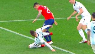 VAR lại tiếp tục là chủ đề bàn tán khi trọng tài trận tranh hạng ba Copa America trao cho Chile một quả phạt đền khó hiểu để rồi Arturo Vidal ghi bàn vào...