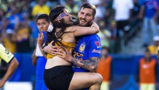 El fin de semana pasadouna aficionada de Tigres saltó al campoen el partido de Campeón de Campeones entre el equipo felino y el América,para darle un...