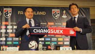  พล.ต.อ. ดร.สมยศ พุ่มพันธุ์ม่วงนายกสมาคมกีฬาฟุตบอลแห่งประเทศไทย ในพระบรมราชูปถัมภ์ ตั้งโต๊ะแถลงข่าวร่วมกับ อากิระ นิชิโนะ กุนซือชาวญี่ปุ่นวัย 64...