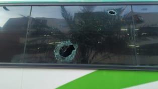 El bus que transportaba a los jugadores deAtlético Nacionalen Barrancabermeja fue impactado con piedras por parte de vándalos, en el barrio Yarima, así...