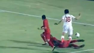 Phút 54, Đỗ Hùng Dũng mang về một quả penalty sau khi anh solo trong vòng cấm Indonesia và bị đội trưởng của đội chủ nhà phạm lỗi. VIDEO: Duy Mạnh dứt điểm...