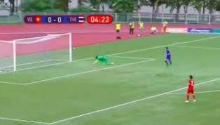 Thủ thành Văn Toản đã phạm sai lầm khó tin khi phá bóng trúng ngườiSupachaivăng vào lưới ghi bàn cho U22 Thái Lan. Trận đấu giữa U22 VN và Thái Lan còn chưa...