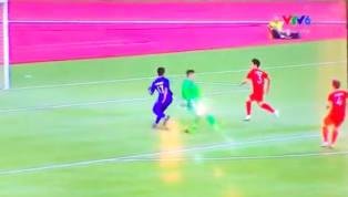 Sau bàn thua đầu tiên không quá lâu thì U22 VN lại thủng lưới tiếp bàn thứ hai, Văn Toản lại phạm sai lầm trong pha ra vào không hợp lý. Thủ thành của U22 VN...
