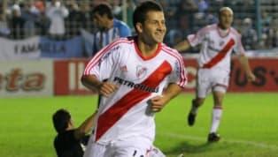 Tras un paso por Atlas, se sumó a las inferiores de Boca para debutar en Primera en 2005. Poco a poco fue ganándose un lugar e incluso llegó a jugar para la...